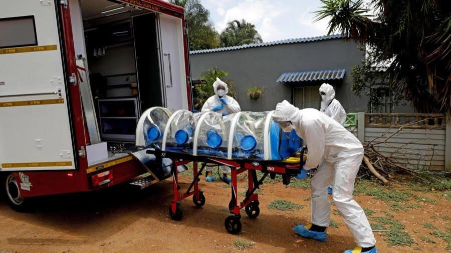 Un homme présentant des symptômes du Covid-19 est transporté dans une ambulance, le 15 janvier 2021 à Pretoria, en Afrique du Sud