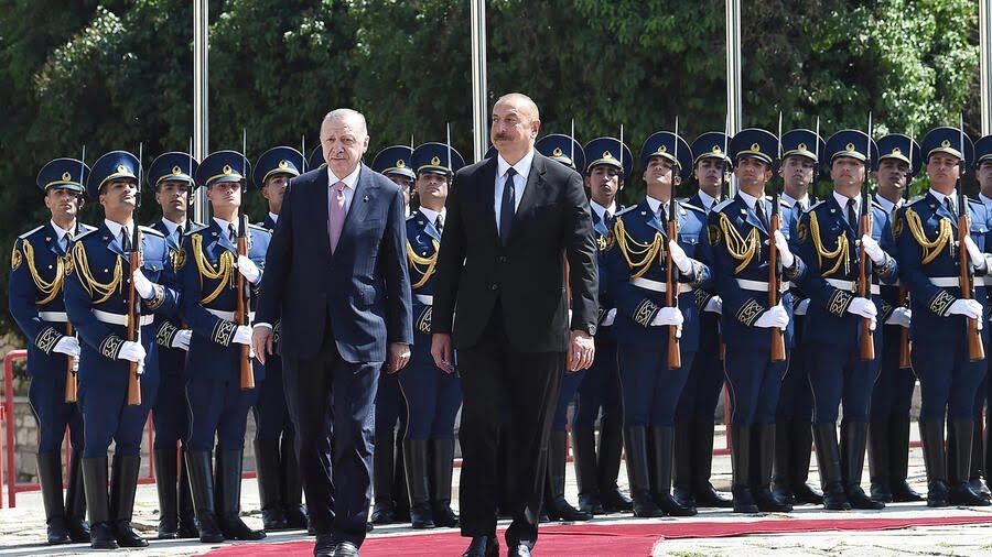 Recep Tayyip Erdogan (L) inspected Azerbaijani troops alongside President Ilham Aliyev