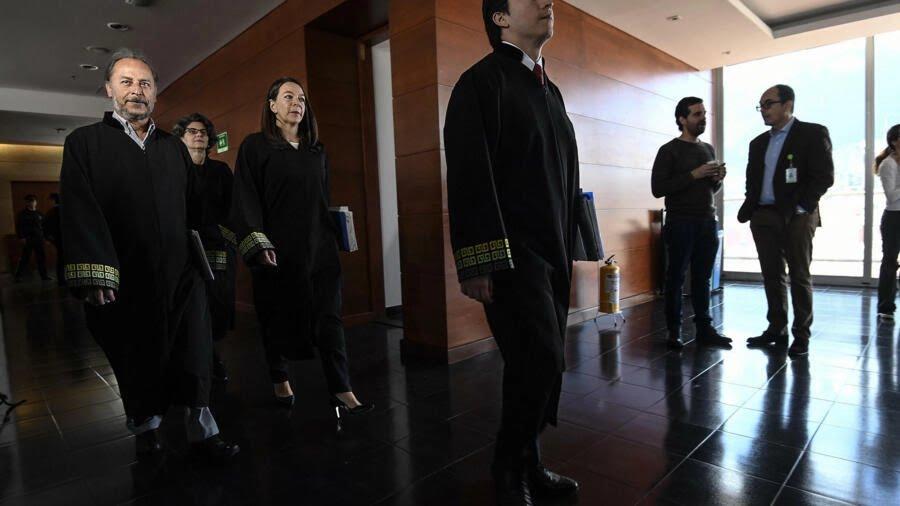 Catalina Díaz (C) y otros magistrados llegan a a la sede de la Jurisdicción Especial para la Paz (JEP) en Bogotá el 26 de abril de 2019